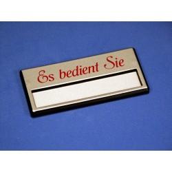 """Namensschild """"Es bedient Sie"""" Modell A34 silber mit Magnetverschluss"""
