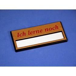 """Namensschild """"Ich lerne noch"""" Modell A34 gold mit Sicherheitsnadel und Doppelbügel"""